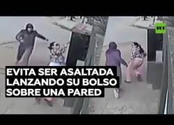 Enlace a Una mujer evita ser robada lanzando su bolso por encima de un muro