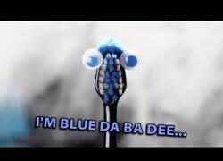 Enlace a Blue (Da Ba Dee) interpretada por aparatos eléctricos