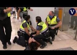 Enlace a Un agente de seguridad es expulsado por agredir a una mujer en la Estación de Sants, Barcelona