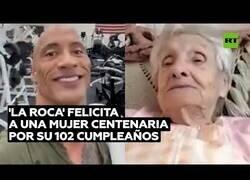 Enlace a 'The Rock' felicita a una mujer por su 102 cumpleaños