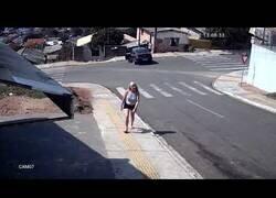 Enlace a Un hombre salta por la ventanilla de un coche sin freno de mano para pararlo