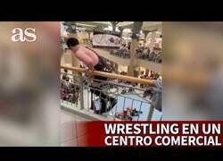 Enlace a Un luchador de Wrestling salta desde el segundo piso de un centro comercial
