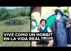 Enlace a Un fan de Tolkien vive como un Hobbit en la vida real