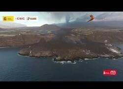Enlace a Así le está quitando terreno el volcán de La Palma al mar
