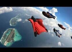 Enlace a Sobrevolando las islas Maldivas con un traje de ardilla
