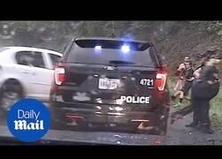 Enlace a Un policía salva a su compañera de ser arrollada por un coche