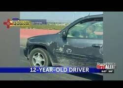 Enlace a Captan a niños pequeños conduciendo un coche