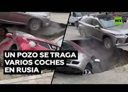 Enlace a Un socavón en la calle se traga varios coches en Rusia