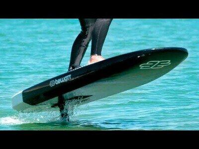 La tabla de surf con motor que puede volar