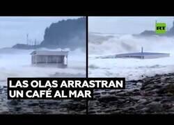 Enlace a Las olas arrastran un chiringuito de playa hacia el mar