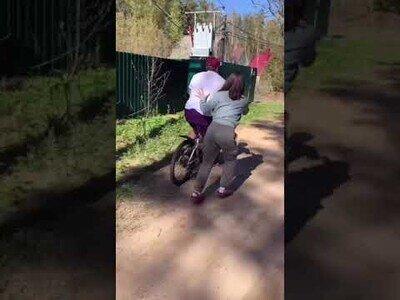 Un hombre aprende a montar en bici con una sola pierna