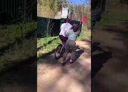 Enlace a Un hombre aprende a montar en bici con una sola pierna