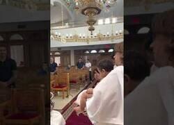 Enlace a Un niño orina en mitad de la ceremonia de su bautizo