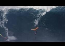 Enlace a Wing Surf, el deporte que mezcla el surf con el vuelo