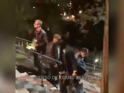 Keanu Reeves ayudando con el equipo de filmación de su última película