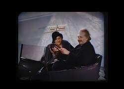 Enlace a Imágenes a color de Albert Einstein conduciendo un 'coche volador' de los de entonces
