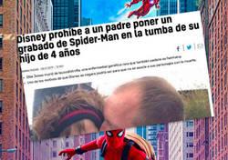 Enlace a Disney prohíbe poner la foto de SpiderMan en la tumba de su hijo e internet se venga con un aluvión de memes