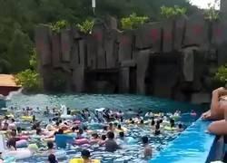 Enlace a Tsunami en parque acuático. El operador estaba borracho y puso la magnitud de las olas al máximo