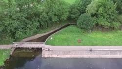 Enlace a Un tipo corre para salvar su drone de caer al agua porque se le ha terminado la batería. El plano recoge toda la secuencia