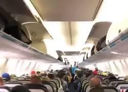 Enlace a ¿Salir ordenadamente de un avión? Mis ojos nunca lo han visto