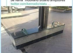 Enlace a Recogen ejemplos de mobiliario urbano modificado expresamente para que los sin techo no puedan dormir encima