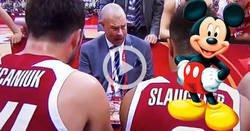 Enlace a Mickey Mouse es el entrenador de Polonia de baloncesto. Atentos a su voz