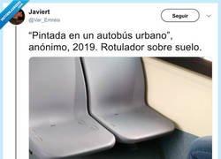 """Enlace a """"Pintada en un autobús urbano"""", anónimo, 2019. Rotulador sobre suelo"""