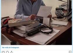 Enlace a Josep Pedrerol sube una foto en su despacho y un objeto en la mesa desvela su verdadero equipo, y no es el Madrid