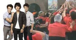 Enlace a Si pensáis que habéis visto cosas random en la vida es porque no habéis visto aún a los Jonas Brothers haciendo Castellers en Barcelona