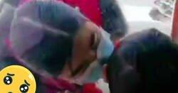 Enlace a Una enfermera del coronavirus besa a su hijo a través del cristal tras un mes sin verle
