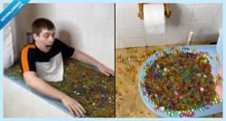 Enlace a Un tontaina llena su bañera de bolitas de gel para grabar un vídeo y termina en comisaría por atascar las tuberías de todo el pueblo