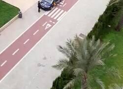 Enlace a Este policía se pone a hacer coreografías infantiles en plena calle para que lo sigan los niños en los balcones en Almería