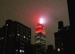 Enlace a El Empire State recordando que la ciudad está en emergencia