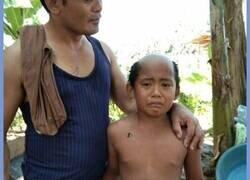 Enlace a Un padre le hace un vergonzoso corte de pelo a su hijo para evitar que quiera saltarse la cuarentena para ir a la calle