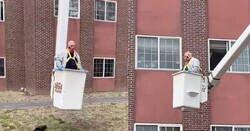 Enlace a Un hombre de 88 años usa una grúa para ver a su esposa a través de la ventana de una residencia en cuarentena