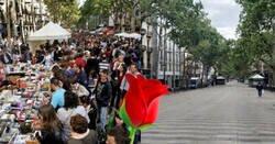 Enlace a Varias personas comparten como lucen las Ramblas en Barcelona hoy 23 de Sant Jordi, y da penilla verlo