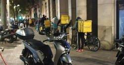 Enlace a Esto es lo que nadie quiere ver: las brutales fotos de estos repartidores de glovo en plena pandemia, por @ramoncid007