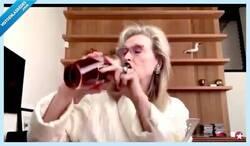 Enlace a El vídeo de Meryl Streep bebiéndose unos lingotazos por videollamada nos representa a la perfección en la cuarentena