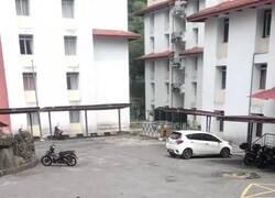 Enlace a El mono de la moto esperando a que salgan los niños del cole, por @ratpenatt