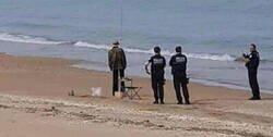 Enlace a Engañan a la policía en plena playa con este muñeco espantapájaros, por @_JC1978
