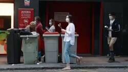 Enlace a Situación actual en España explicada en 39 segundos. Piden libertad mientras una mujer rebusca en la basura para comer