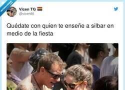 Enlace a Ni idea tenéis, le está quitando un trozo de alcachofa que se le había quedado entre los dientes, por @vicen86