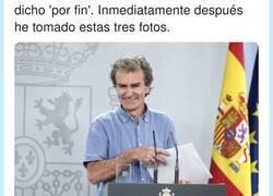 Enlace a Las tres últimas fotos que se sacó Fernando Simón tras dar su última rueda de prensa dicen mucho de él