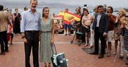 Enlace a Los mejores memes de la visita de Felipe VI y Letizia a una playa de Las Palmas de Gran Canaria