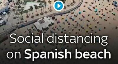 643224 - La playa de Cádiz que se ha convertido en un ejemplo mundial por cómo cientos de bañistas han respetado la distancia entre ellos