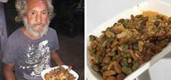 Enlace a Lo peor y mejor de la humanidad en una noche: le dan comida de perro a un anciano indigente para reírse de él y se le aparece su ángel de la guarda