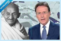 Enlace a Matías Prats lo ha vuelto a hacer: cuela un 2x1 de chistes malos en una noticia sobre Gandhi y se gana el respeto de las redes