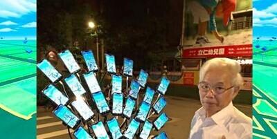 670499 - Este abuelo se ha hecho famoso en Internet por su adicción al Pokémon Go: a ver si eres capaz de contar cuántos teléfonos tiene conectados en la bici