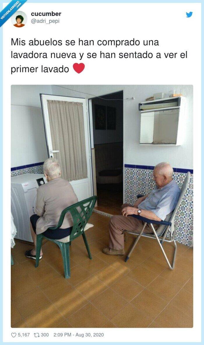 abuelos,lavadora,mirando