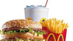 Enlace a ¿Qué demonios llevan estos alimentos? Una mujer guarda una hamburguesa y unas patatas del McDonald's desde 1996 y este es su estado 24 años después